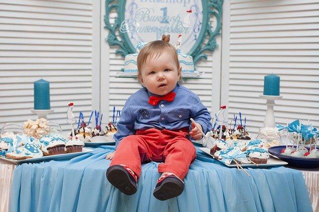 chlapeček na oslavě