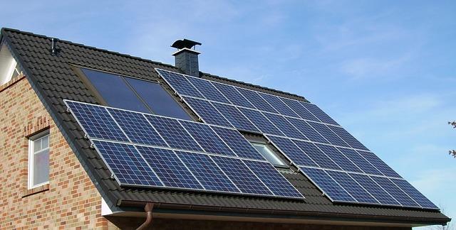 solární panel na střeše rodinného domu
