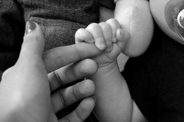 ruce matky a dítěte
