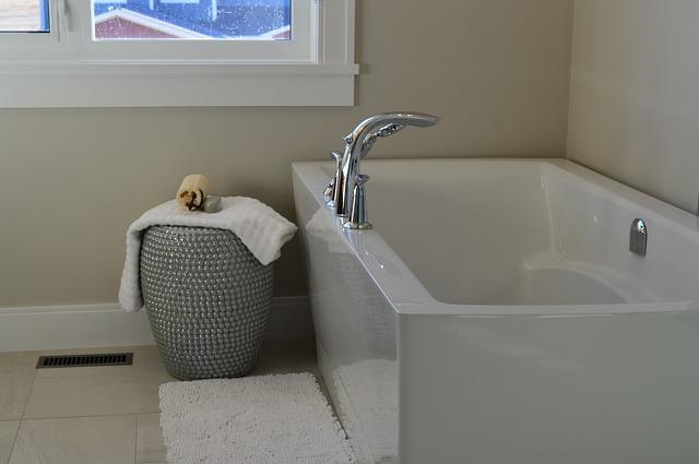 část moderní koupelny - vana