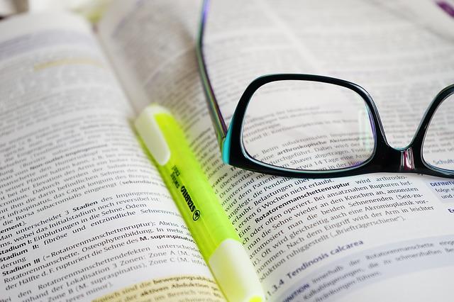 brýle s perem na knize