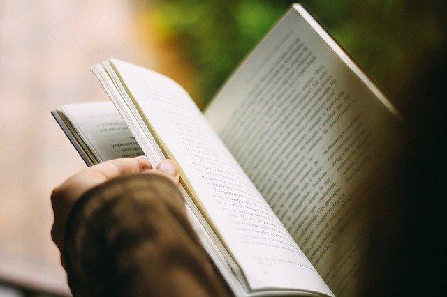 čtení z otevřené knihy