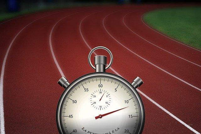 stopky na atletické dráze