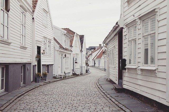 ulice s bílými domy