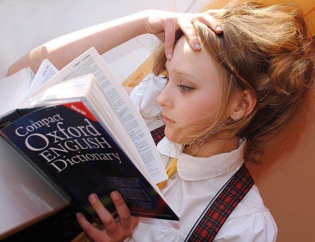 dívka se slovníkem