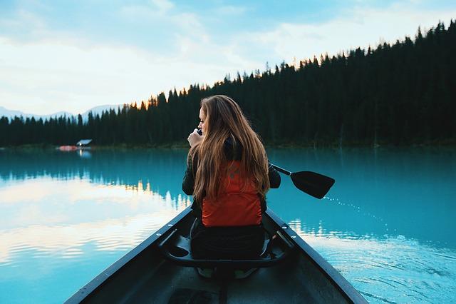 žena v kanoi