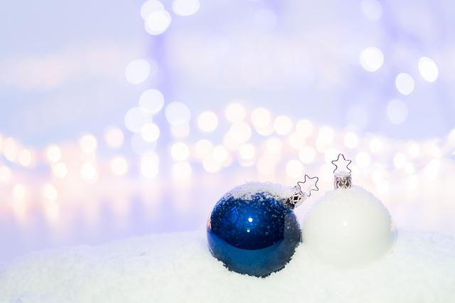 modrá a bílá  vánoční koule