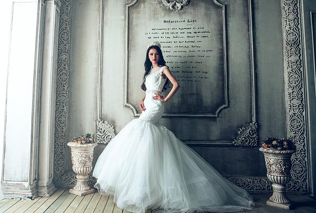 lusuxní šaty