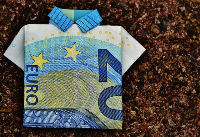 složená polokošile, která vypadá jako euro bankovka