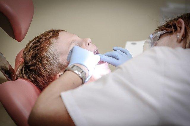 dítě ošetřované na zubařském křesle