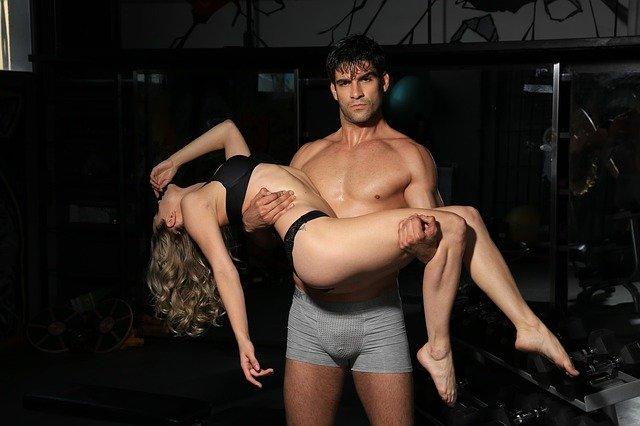 muž s ženou v náručí