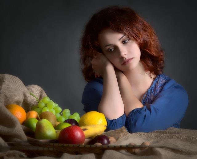 dívka u ovoce