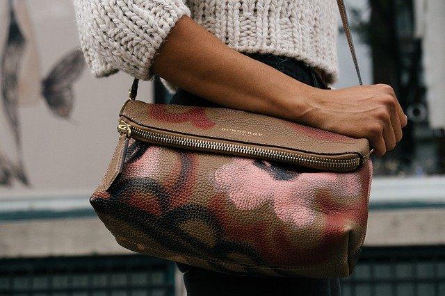 Stojící žena s kabelkou na rameni