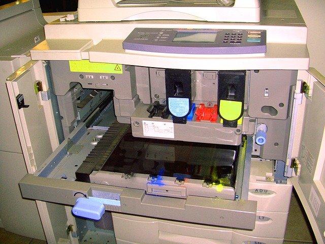 tonery uvnitř tiskárny