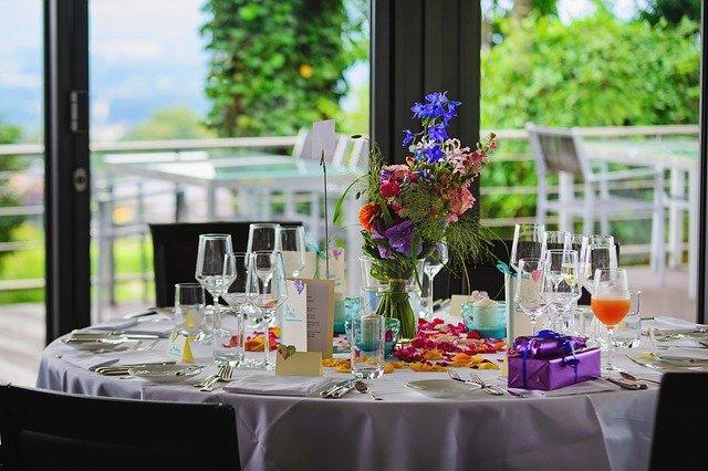svatební stůl, dekorace, kartičky, menu atd. vše ve stejném duchu
