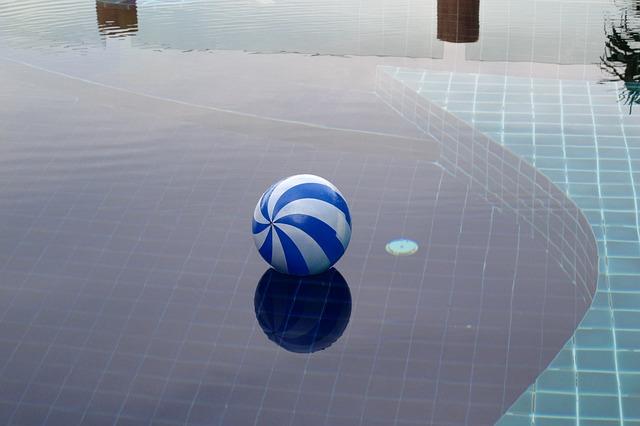 Ruční bazénový vysavač zastoupí i automatiku