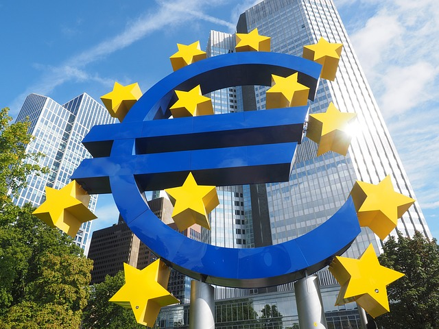 socha eura před vysokými domy