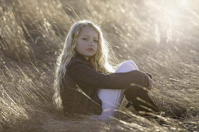 holčička s dlouhými vlasy