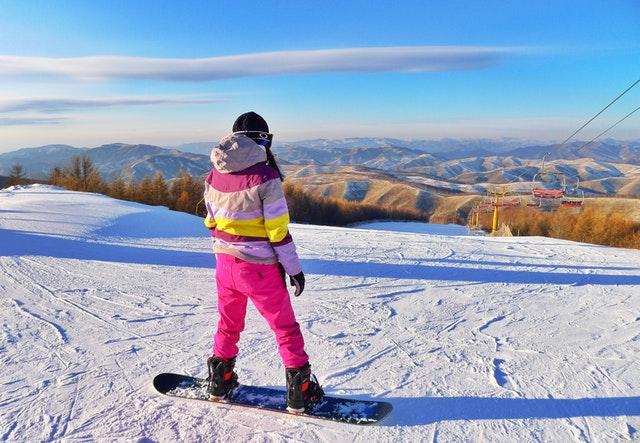 Snowboardistka na svahu