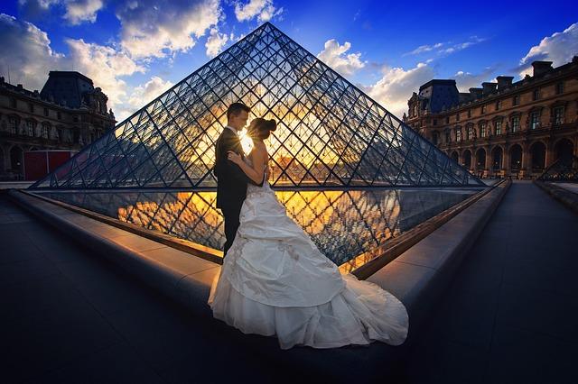 Manželský pár u Louvre