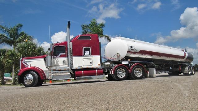 Americký kamion s cisternou