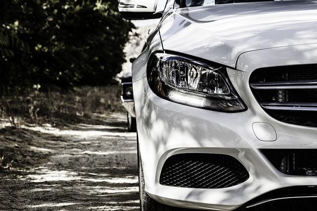 detail bílého auta na čb snímku
