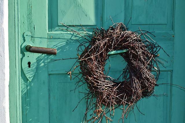 věnec z proutí na starých dveřích