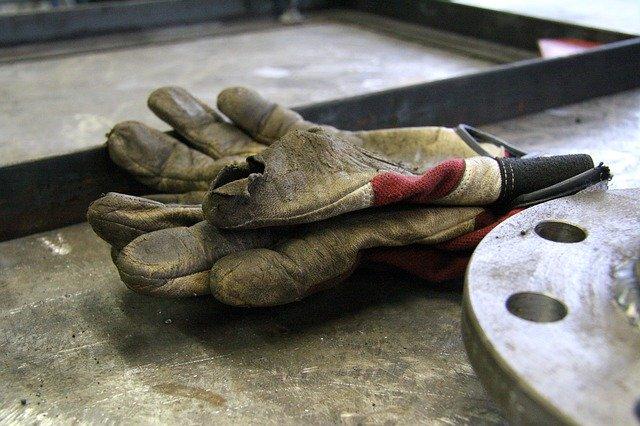 rukavice, špinavé a s dírou na prstu