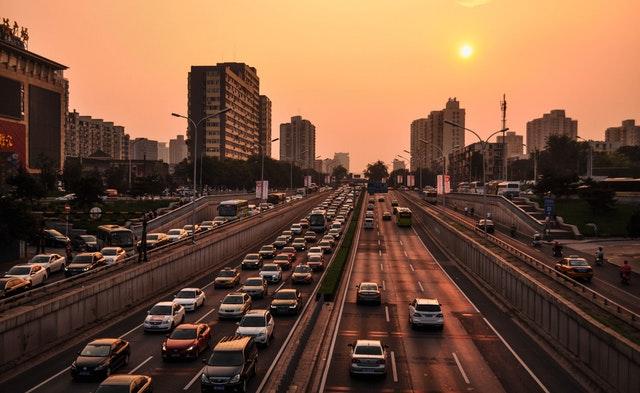 silnice ve městě, spousta automobilů