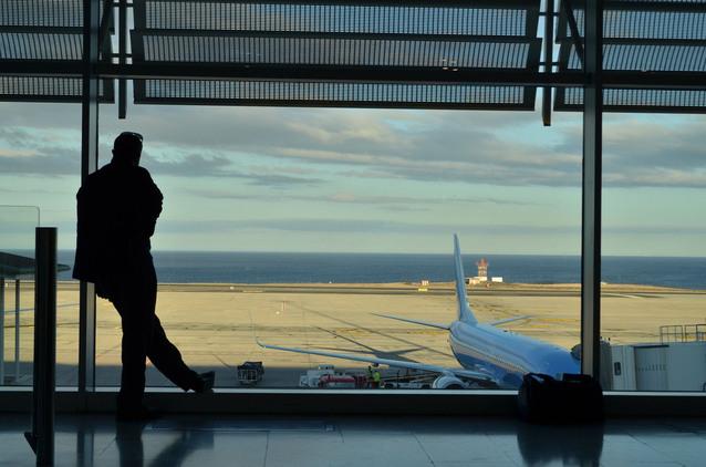 silueta muže čekajícího na jeho let