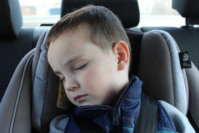 spící dítě v autě